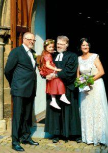 Ehepaar Proske nach der Trauung mit kleinem Gast und Pastor